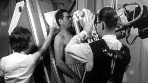 En patient får vård år 1968.