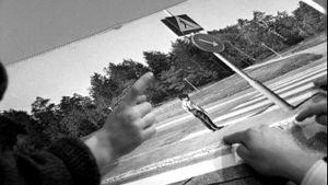 Barn pekar på fotografi av övergångsställe, Yle 1970