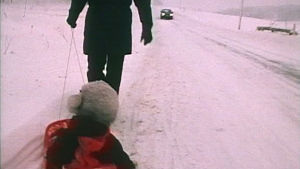 Barn i pulka vid vägrenen, Yle