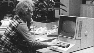 Kvinna vid dator, 1974