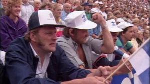 Finska åskådare på läktaren under en landskamp mellan Finland och Sverige i friidrott.