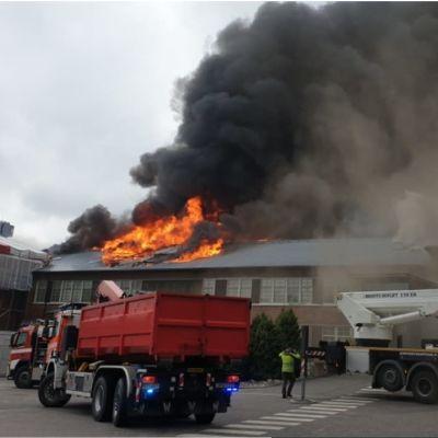 Koneen teollisuushalli palaa Hyvinkäällä.