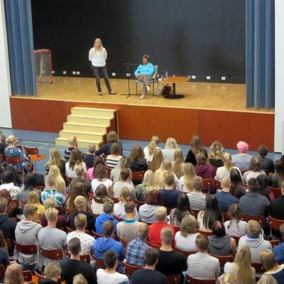 Livia Fränkel, överlevare från koncentrationslägren pratar inför en stor grupp elever vid Vasa övningsskolas gymnasium.