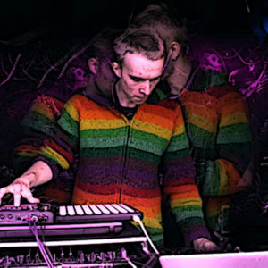 Thomas Nylund spelar på underground skogsfestival.