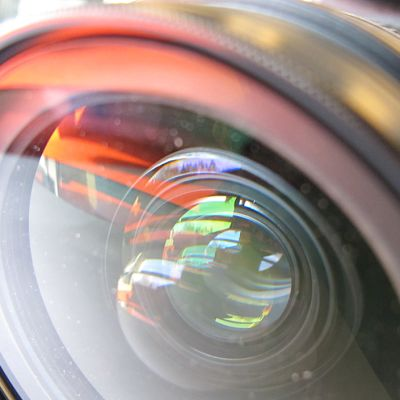 Lähikuva järjestelmäkameran objektiivista.