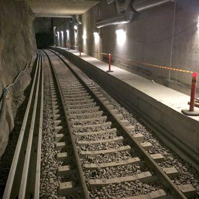 Melkein valmiilta näyttävät metrokiskot.
