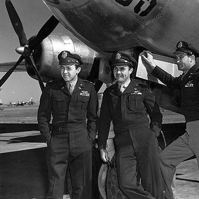 Valokuvassa on Enola Gay -koneen miehistö Theodore Van Kirk (vas.), Paul Tibbets ja Thomas Ferebee 6. elokuuta 1945 Hiroshiman-atomipommin pudottamisen jälkeen.