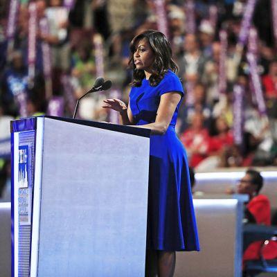 Michelle Obama puhuu.