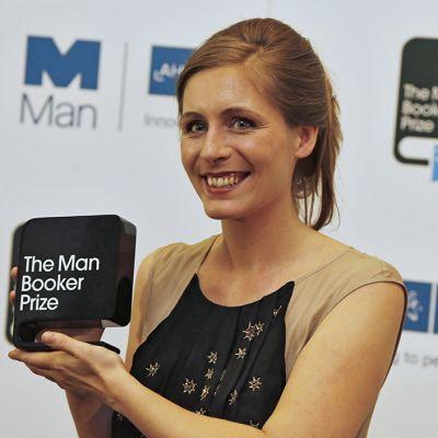 Eleanor Catton poseeraa Man Booker -palkinto käsissään kuvaajille.