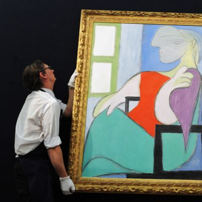 Sothebyn työntekijät ripustavat Picasson maalausta.