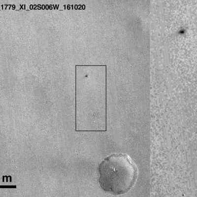 Marsin pintaan ilmestyneiden jälkien uskotaan kerovat Schiaparelli-laskeutujan viime hetkistä. Vaalea piste oikealla alhaalla on laskuvarjo, arvioi Euroopan avaruusjärjestö.