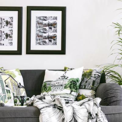 Vallilan sisustuskuoseja sohvalla, mukissa ja tauluissa