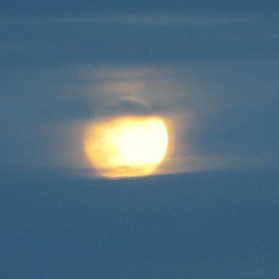 Kuu pilven raossa