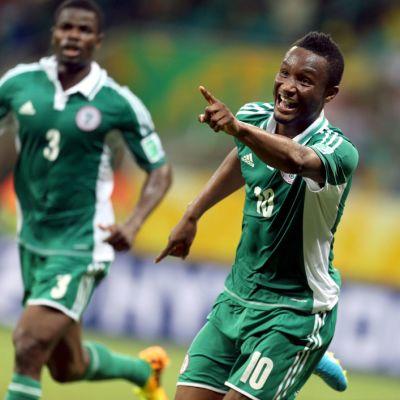 Nigerian John Obi Mikel tuulettaa maaliaan Uruguayta vastaan.