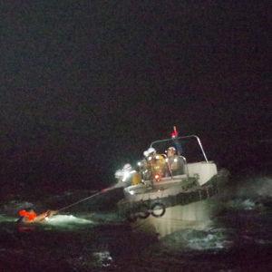 En person räddas ur havet av den japanska kustbevakningen.