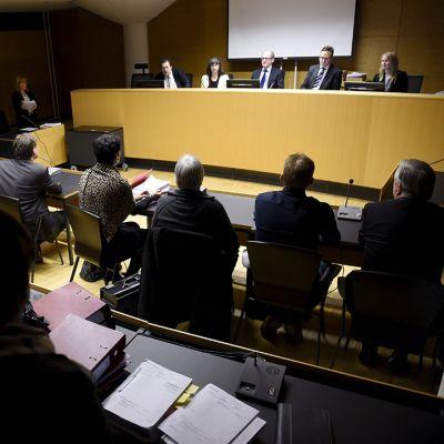 Murhatun 8-vuotiaan tytön tapaukseen liittyvien virkarikossyytteiden pääkäsittely alkoi maanantaina 23. helmikuuta 2015 Helsingin käräjäoikeudessa.