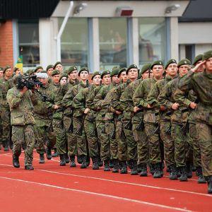 Sotilaita marssimassa samalla kun heitä kuvataan
