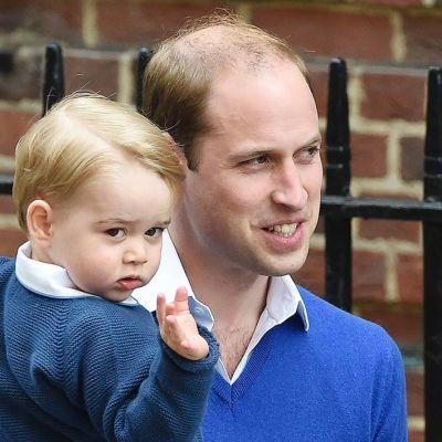 Pikkuprinssi matkasi lyhyen kävelymatkan autosta sairaalan ovelle isänsä prinssi Williamin kanssa.