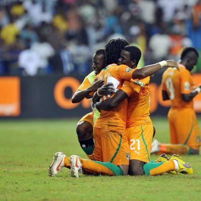Norsunluurannikon pelaajat juhlivat maalia