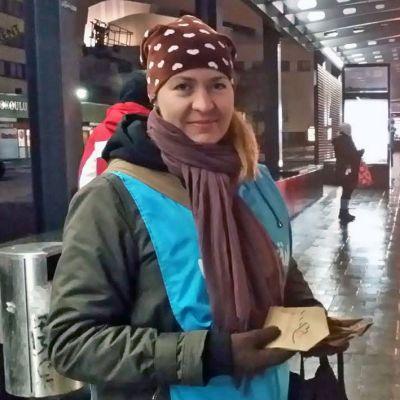 Jyväskylän seurakunnan lastenohjaaja Laura Rouhiainen jakoi pipareita bussipysäkillä torstaiaamuna.
