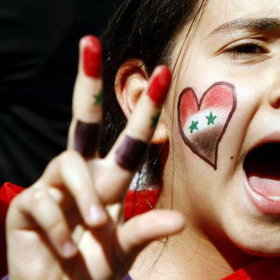 Syyrialainen mielenosoittaja Syyrian konsulaatin edessä Istanbulissa lokakuussa 2011.
