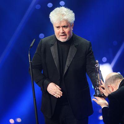Elokuvaohjaaja Pedro Almodovar EFA-palkintojenjakogaalassa 7. joulukuuta.