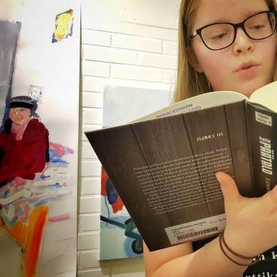 Anna-Pieta Kokko lukee Kalle Päätalon tuotantoa Päätalo-päivillä.