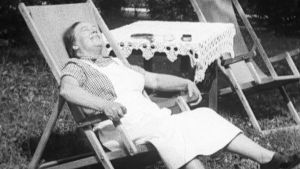 Nainen istuu aurinkotuolissa