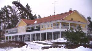 Hill Side Golf & Country Clubin päärakennus VIhdissä.