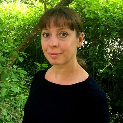 Ann-Sofie Silvennoinen ute i trädgården.