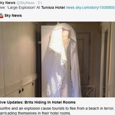 Kuvassa hotellihuoneen ovi tukittu sängyllä ja tuolilla.