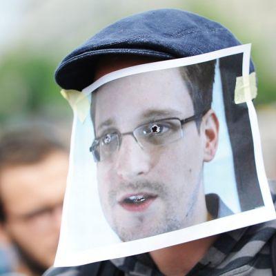 Edward Snowdenia tukeva mielenosoittaja oli pukeutunut Snowden-naamariin Berliinissä 4. heinäkuuta.