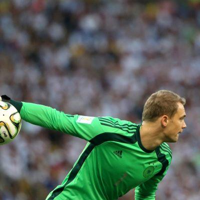 Saksan maalivahti Manuel Neuer heittää palloa.