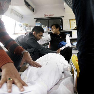 miehiä ambulanssissa ja ruumis
