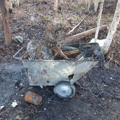 Kottikärryssä poltettua jätettä.