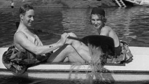 Nainen ja mies kanootissa