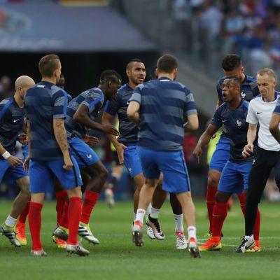 Ranskan joukkue lämmittelee.