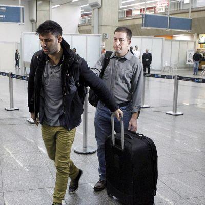 Guardianin toimittaja Glenn Greenwald ja hänen puolisonsa David Miranda Rio de Janeiron lentoasemalla.