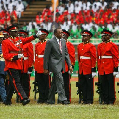 Kenian presidentti tarkastaa kunniakomppaniaa