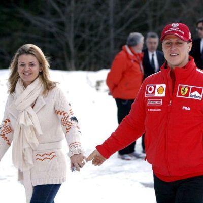 Corinna ja Michael Schumacher käsi kädessä.