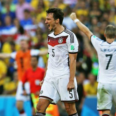 Mats Hummels ja Bastian Schweinsteiger juhlivat puolivälierän voittoa Ranskasta.