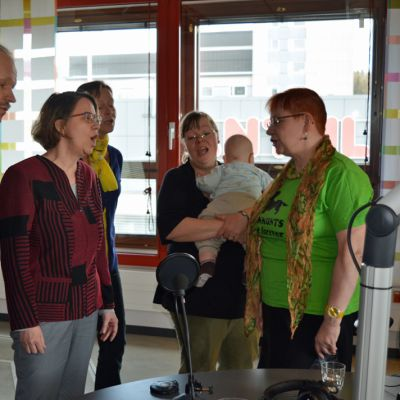 Nais-Girls laulaa Yle Kainuun studiossa.
