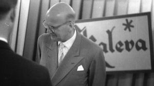 Presidentti Urho Kekkonen seisoo Kaleva-kyltin edessä