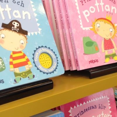 Två barnböcker, varav den ena avsett för pojkar och den andra för flickor