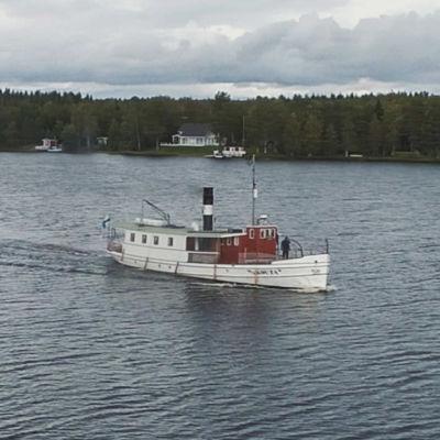Valkoinen höyrylaiva seilaa Kajaaninjoella.