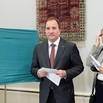 Sosiaalidemokraattisen puolueen puheenjohtaja Stefan Löfven kävi äänestämässä vaimonsa Ulla Löfvenin kanssa Tukholmassa sunnuntaina.