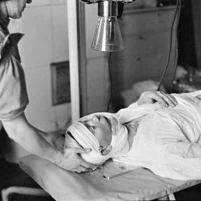 Haavoittunut sotasairaalassa.