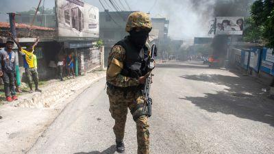 En polis patrullerar i Port-au-Prince då två amerikanska misstänkta för mordet på president Jovenel Moise ska flyttas till häktet.
