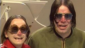 Sleepy Sleepers -yhtyeen jäsenet Silu Seppälä ja Mato Valtonen juontavat Hittimittari-ohjelmaa 1986.