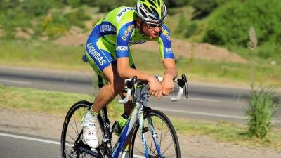 Kjell cyklar längs en landsväg.